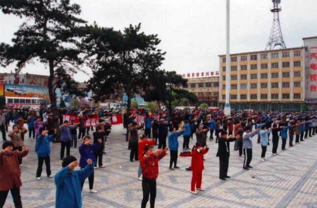 ET1 - 100 миллионов человек по всему Китаю делали эти упражнения в 1999 году, но где они сейчас?