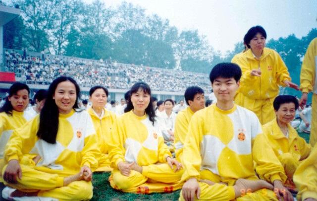 ET4 - 100 миллионов человек по всему Китаю делали эти упражнения в 1999 году, но где они сейчас?