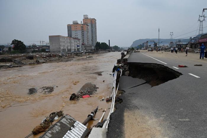Наводнение уничтожает китайский город, а цензоры Пекина уничтожают контенты с «негативной энергией»