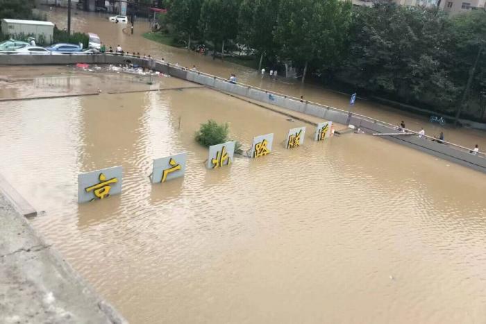 JingGuang Tunnel Entrance Flood 01 1200x800 1 e1627114831773 - Из затопленного туннеля в Центральном Китае извлекают тела погибших
