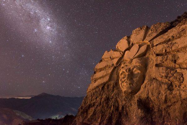 Гигантские скульптуры богов инков, высеченные на горе в Перу