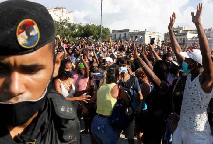 Кубинские американцы выступают в поддержку соотечественников, живущих при коммунистическом режиме