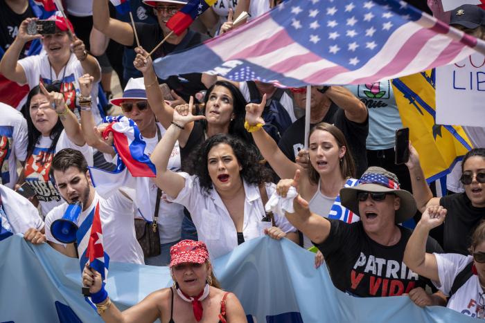 cuba protest near white house e1627461944590 - Тысячи американцев присоединяются к маршу за свободу Кубы возле Белого дома