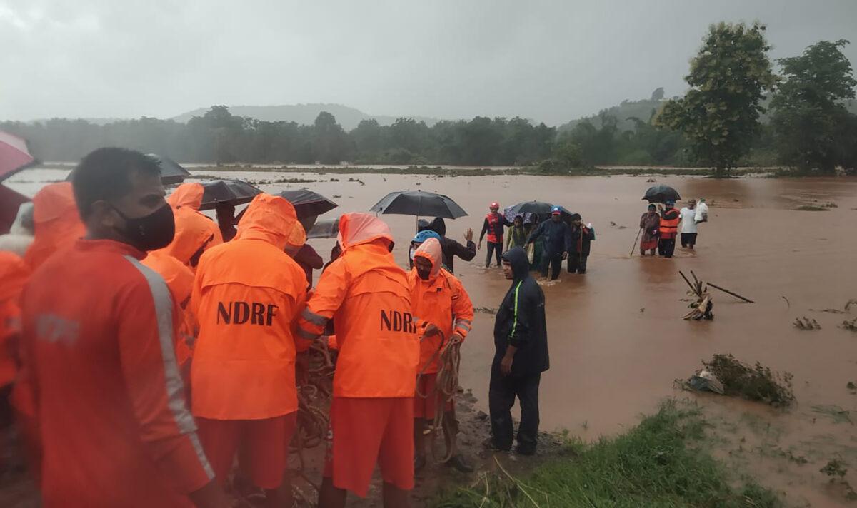 Проливные дожди в Индии унесли жизни более 160 человек, десятки остаются под завалами оползней (Видео)