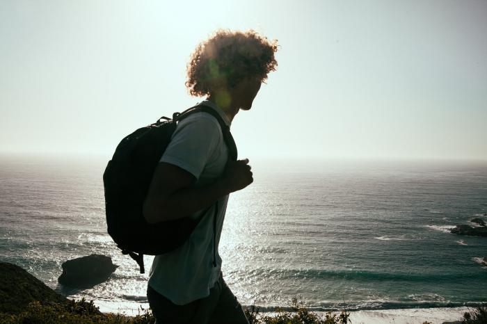 man 918983 1280 e1625684802261 - В путешествиях относитесь к природе бережно