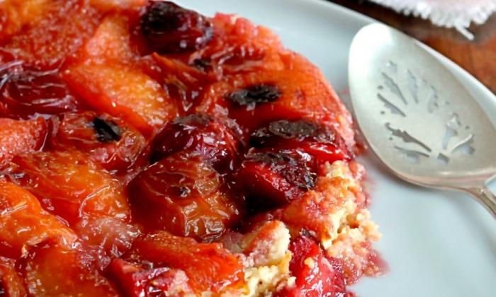 Перевёрнутый пирог из фруктов с косточками