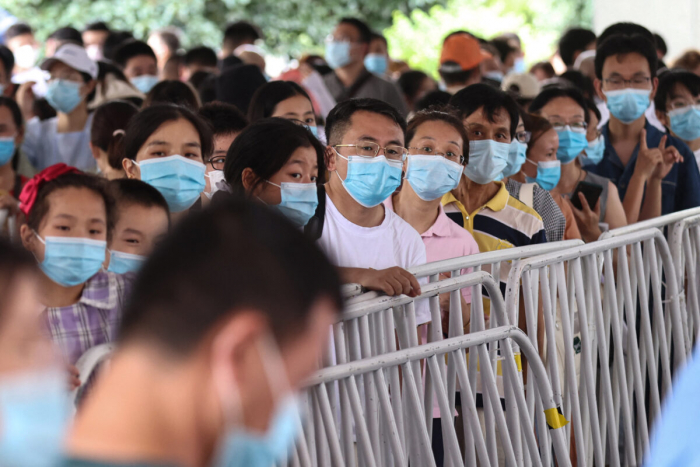 В китайском мегаполисе Чэнду блокируют жилые комплексы из-за новой вспышки COVID-19