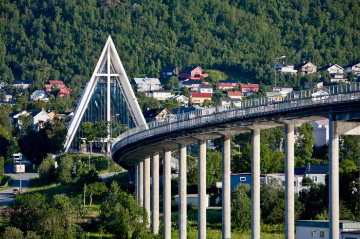 shutterstock 1571335036 e1625492077456 - Фьорды, водопады и история викингов: путешествие на север Норвегии
