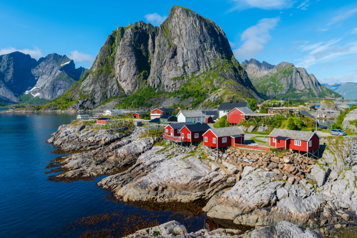 shutterstock 756604909 e1625491818502 - Фьорды, водопады и история викингов: путешествие на север Норвегии