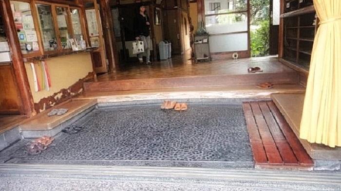 Почему японцы разуваются перед входом в дом