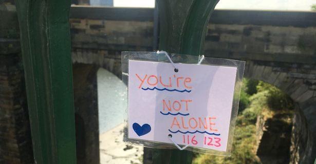 you are not alone saves lives 615x320 1 - Девушка развешивает на мосту ободряющие записки. Когда-то она размышляла на этом мосту, стоит ли жить…