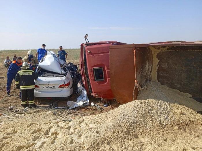 Пятеро человек погибли при столкновении автомобиля и КамАЗа в Калмыкии