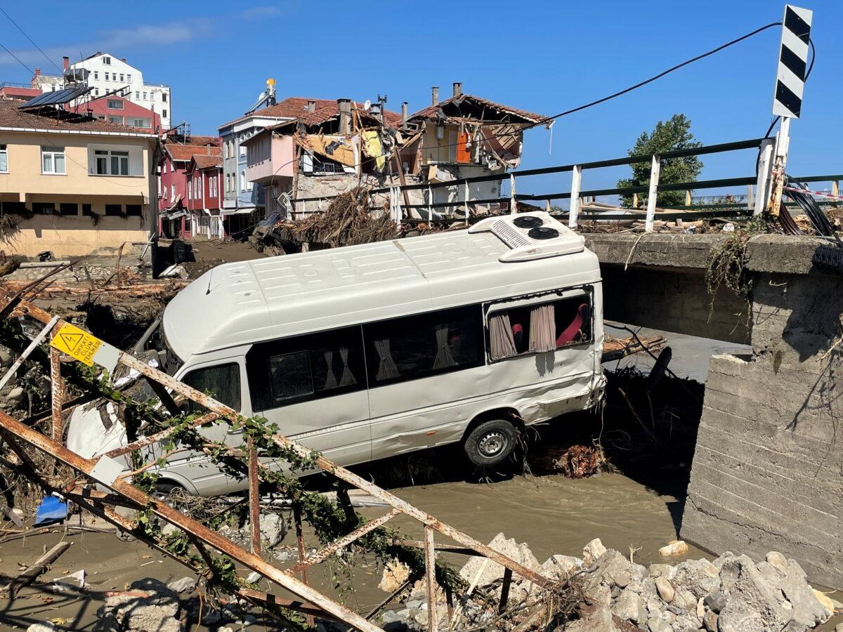 Число погибших от наводнений на севере Турции увеличилось до 58