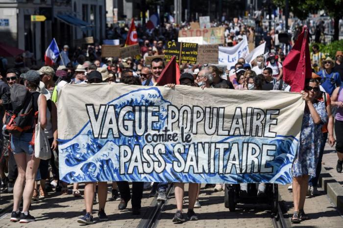 «Заберите свой пропуск»: во Франции продолжаются протесты против паспортов вакцинации от COVID-19