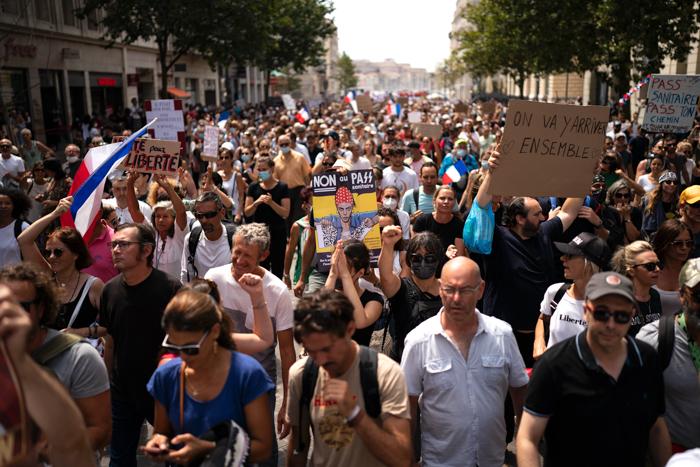 Правительство Франции расширило действие «пропусков здоровья», несмотря на протесты