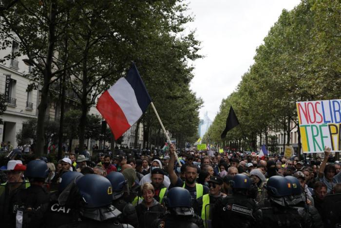 Массовые протесты прошли по всей Франции из-за новых правил COVID-19