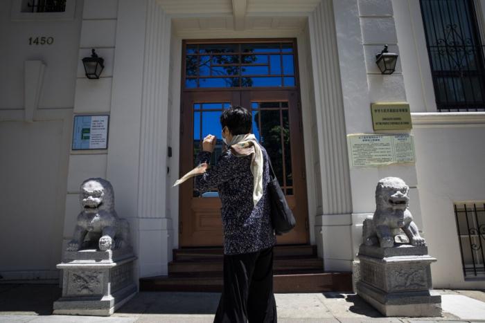 Китай приостанавливает выдачу паспортов и разрешений на выезд и въезд