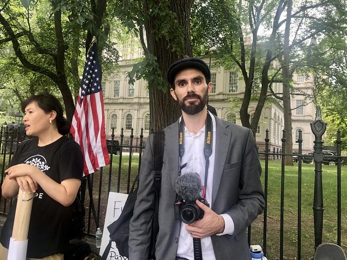 Протестующие у мэрии Нью-Йорка выступают против введения паспортов вакцинации