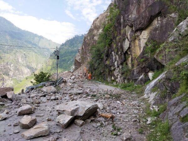 10 погибших, десятки остаются под завалами после схода оползня вГималаях