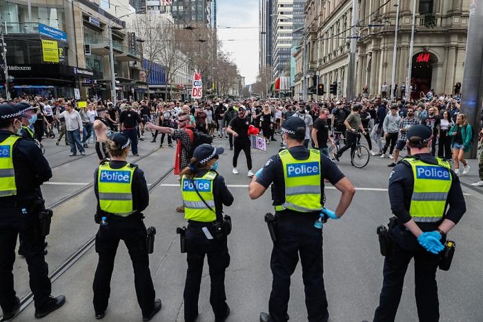 Массовые протесты против изоляции прошли в Мельбурне и Сиднее, полиция разогнала, арестовала и оштрафовала протестующих