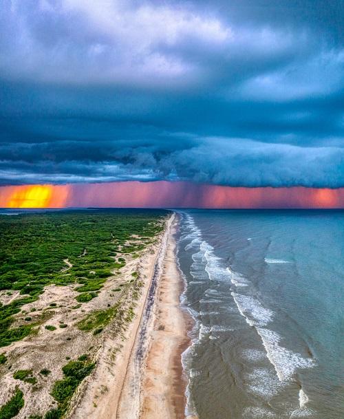 Великолепный закат во время шторма