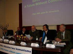Рига, Латвия: Принятие резолюции семинара *Балтийский Путь 2005: будущее без коммунизма* 26 ноября 2005 г. Фото: Серж Пуро/Великая Эпоха