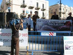 Иерусалим, Израиль: Пресс-секретарь газеты *The Epoch Times* в Израиле Гилад Слоним рассказывает о серъёзных нарушениях прав человека коммунистической партией Китая. 11 ноября 2005 г. Фото: Юлия Гросс/The Epoch Times