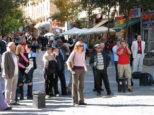 Иерусалим, Израиль: Прохожие останавливаются, чтобы послушать участников митинга *Мир без коммунизма* 11 ноября 2005 г.  Фото: Юлия Гросс/The Epoch Times