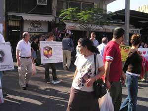 Тель-Авив, Израиль: На плакатах представлены некоторые фрагменты преступлений КПК. Фото: Тиква Хопе/Великая Эпоха