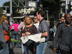 Тель-Авив, Израиль: Сотрудники ВЭ раздают прохожим *Девять комментариев*. Фото: Тиква Хопе/Великая Эпоха