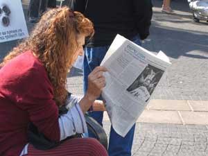 Тель-Авив, Израиль: Жители Тель-Авива, получившие газету, читают *Девять комментариев*. Фото: Тал Азтмон/Великая Эпоха