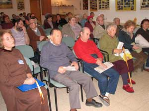 Бейт-Шемеш, Израиль: Приглашенные на семинар внимательно слушают разъяснение о *9 комментариях*. Фото: Юлия Гросс/Великая Эпоха