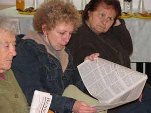 Бейт-Шемеш, Израиль: Участники семинара знакомятся с *9 комментариями*. Фото: Юлия Гросс/Великая Эпоха