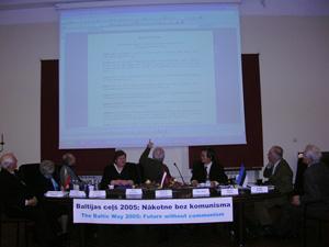 Рига, Латвия: Обсуждение Резолюции международного семинара *Балтийский путь 2005: будущее без коммунизма*. Фото: Великая Эпоха