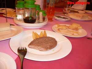 Дежурный корейский завтрак: котлета с четырьмя кусочками картошки, рисовый хлеб и сырая картошка в тесте. Фото: Елена Токарева