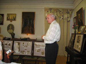 Фирсанов А.Н. рассказывает о Фирсановском доме для вдов и сирот. Фото: Великая Эпоха