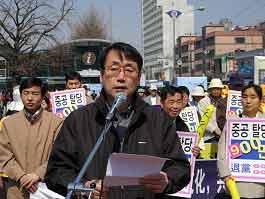 Выступает главный редактор южно-корейской The Epoch Times. Фото: Цзинь Гохуань/ The Epoch Times