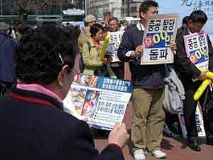 Люди узнают правду о Суцзятунь. Фото: Цзинь Гохуань/ The Epoch Times