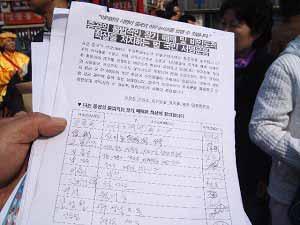 Подписи этих неравнодушных людей будут отправлены в ООН. Фото: Цзинь Гохуань/ The Epoch Times