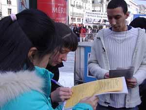 Прохожие ставят подписи поддержки. Фото: Чэнь Ин/The Epoch Times