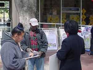 Прохожие ставят подписи в обращении к правительству о безотлагательном расследовании происходящего в Суцзятунь. Фото: The Epoch Times