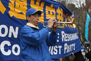 Знаменитый китайский тенор Гуань Гуйминь играет на трубе. Фото: The Epoch Times