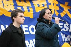 Выступает редактор китайского издания The Epoch Times г-жа Го Цзюнь, слева - редактор английского издания г-н Джон Нания. Фото: The Epoch Times
