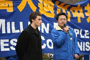 Выступает д-р Чарльз Ли, гражданин США, три года проведший в китайском трудовом лагере, подвергаясь постоянным пыткам и «промыванию мозгов». Фото: The Epoch Times