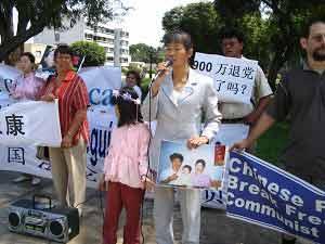 Госпожа Дай Чжичжэнь, китаянка из Австралии, семья которой подверглась преследованию КПК, ее муж был замучен до смерти. Теперь она вместе с маленькой дочкой Фаду ездит по всему миру и рассказывает людям о преступлениях китайской компартии. Они побывали уже в 41 стране. Фото: The Epoch Times