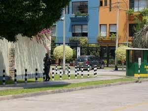 Сотрудники Посольства снимают все происходящее на камеры. Фото: The Epoch Times