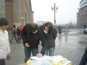 Люди с энтузиазмом ставили подписи в петиции. Фото: The Epoch Times