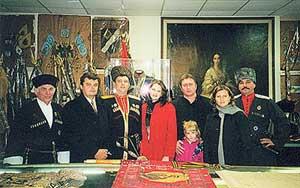 В музее казацкой славы  (Атаман Сергей Цапенко в окружении членов семьи и близких казаков). Фото предоставлено автором