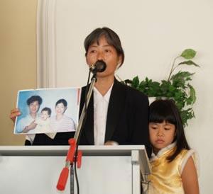 Джейн Дай со своей дочкой Фаду во время выступления на международном правозащитном Форуме в Киеве. 12 мая 2006г. Фото: Великая Эпоха