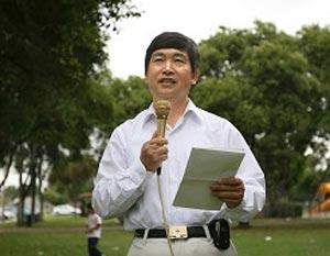 Д-р Гао Давэй, сотрудник Всемирного центра помощи выхода из КПК, выступает на митинге в Лос-Анжелесе. Фото: Великая Эпоха